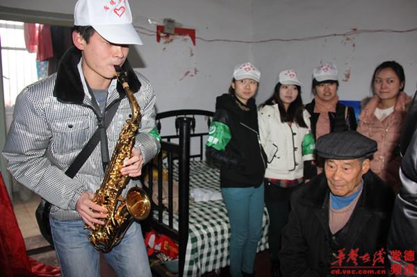 为志愿者为老人演奏萨克斯《回家》-常德 给敬老院老人提前过元宵图片