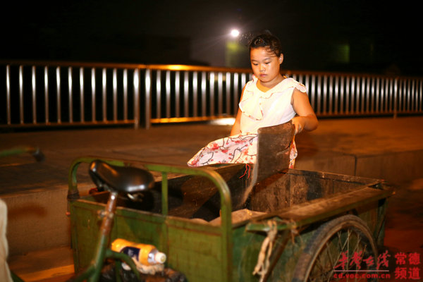 女孩 常德/铲起妈妈扫成堆的垃圾,倒入三轮车里