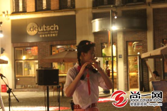 常德街头艺人11日晚德国风情街掀起国乐热潮